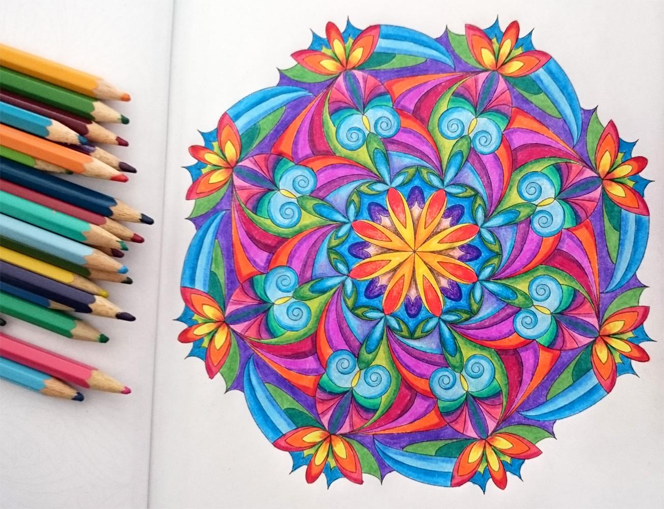 Malbuch für Erwachsene: Mandala mit Buntstiften ausgemalt