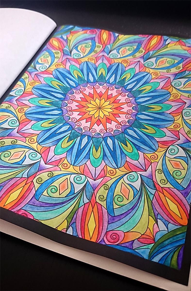 Mit Aquarell-Stiften ausgemaltes Mandala aus meinem Malbuch für Erwachsene